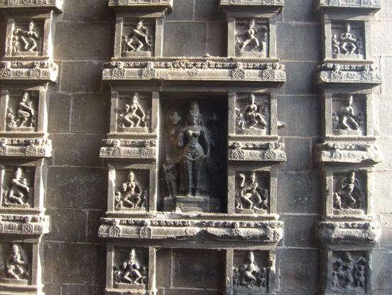 Позы йоги на стане храма